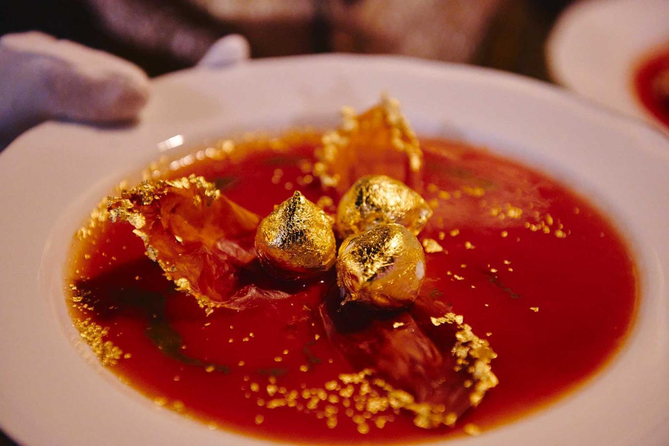 Sfere di mozzarella dorata su acqua di pomodoro ed emulsione di basilico
