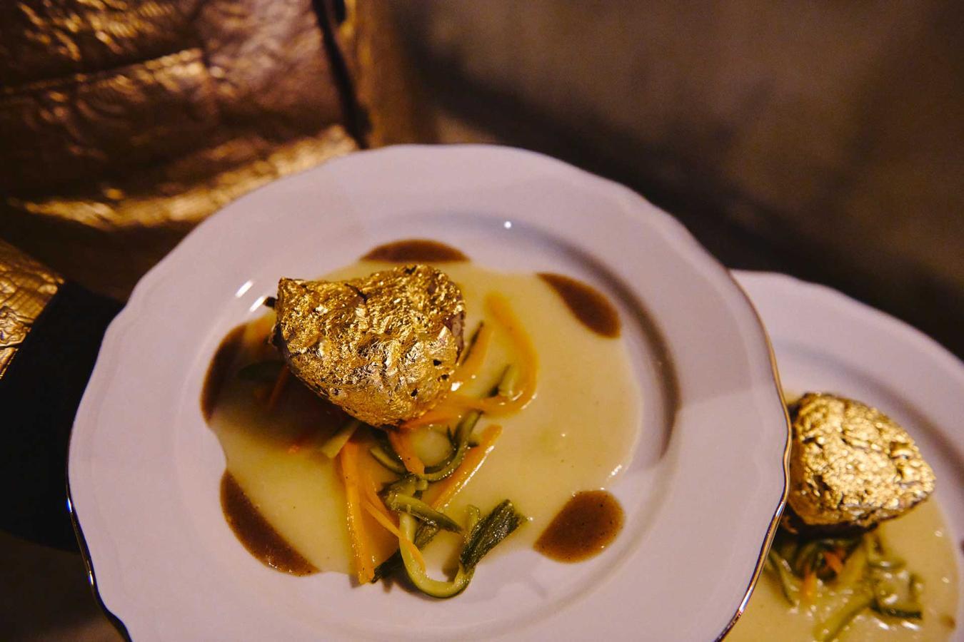 Filetto di manzo dorato su purea di patate e julienne di verdure scottate
